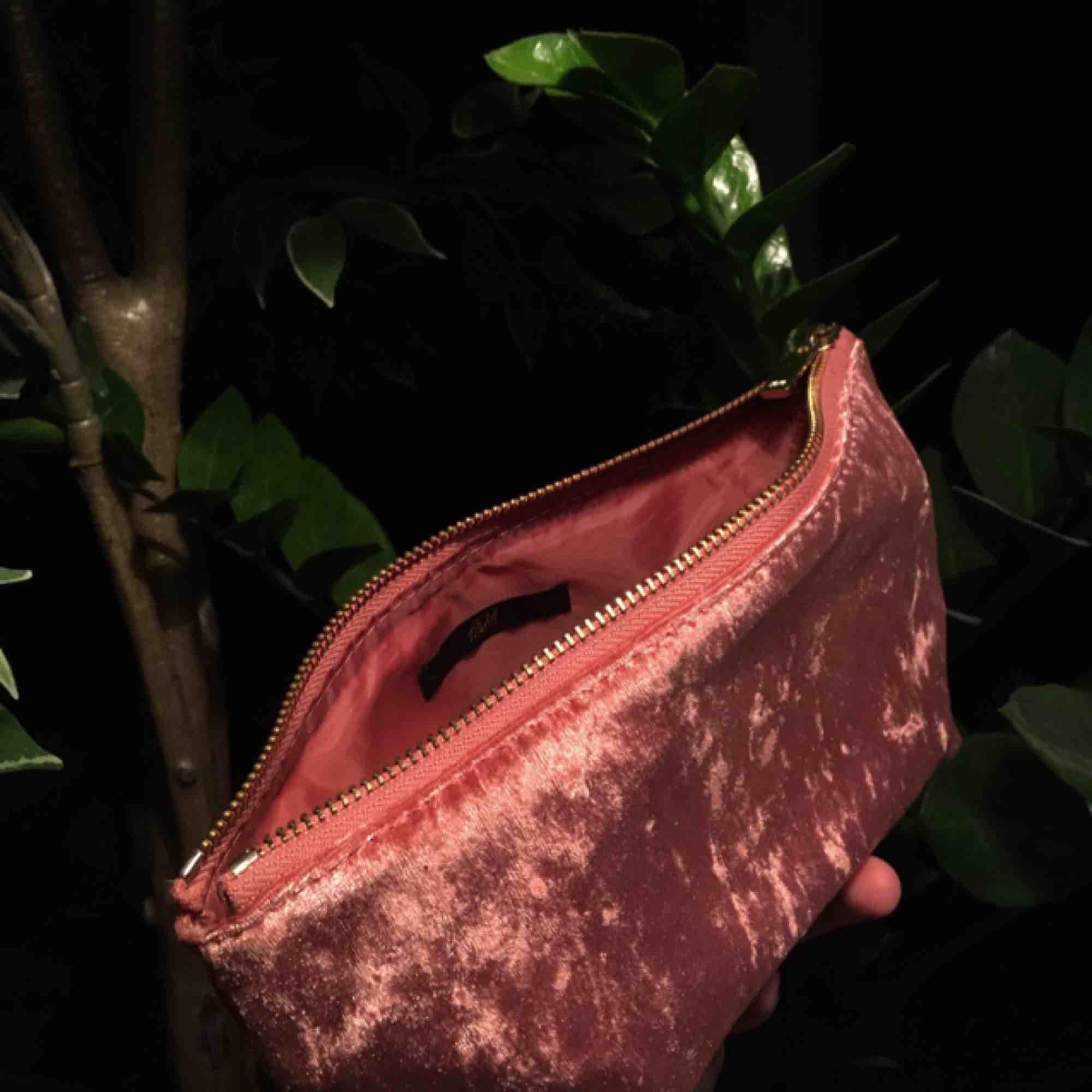 Rosa necessär i sammet från H M - H M Väskor - Second Hand 193e2fb1a5dfe