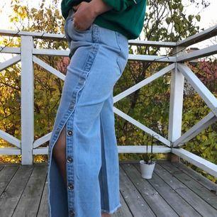 Skitfina side popper jeans med straight leg modell från Boohoo. Står storlek 38 men är lite mindre. Oanvända! Vid snabbt köp kan priset sänkas