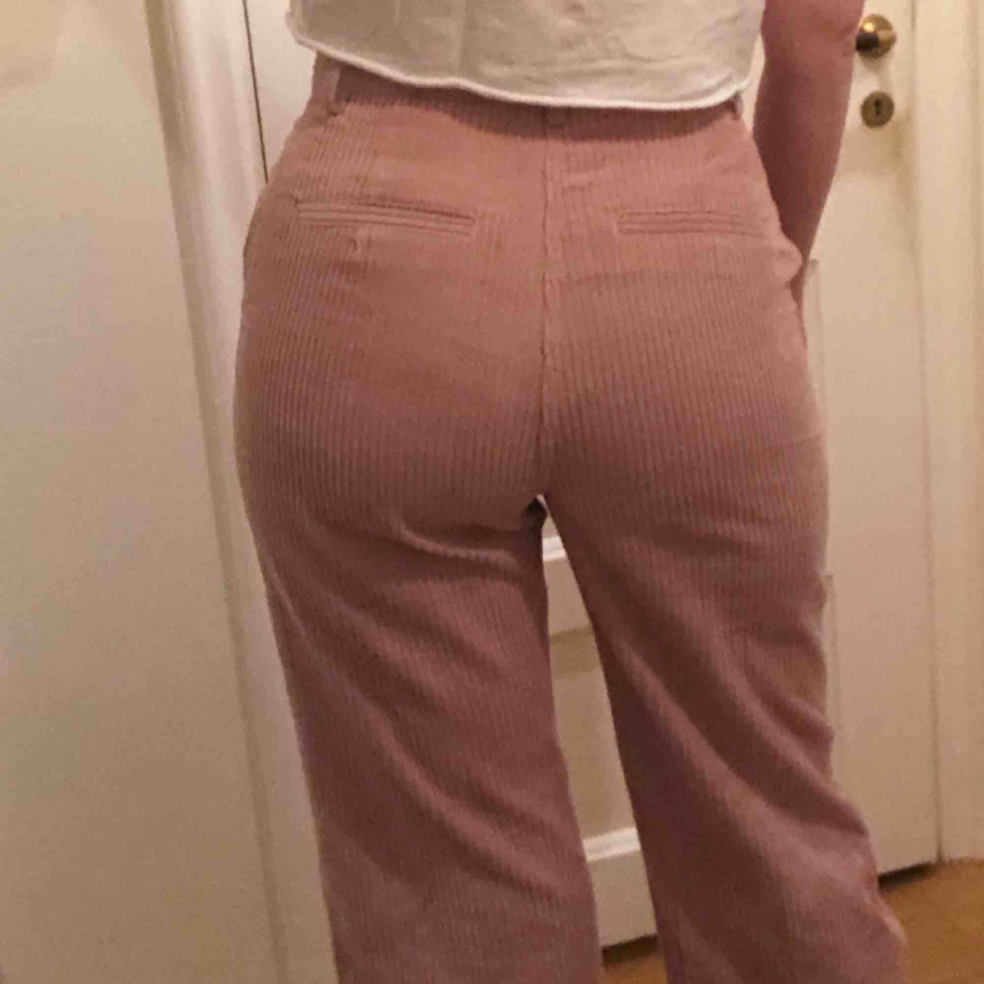 Helt nya ljusrosa manchesterbyxor från H&M. Använda endast en gång, säljer enbart då dom är lite försmå för mig. Kostade 500 i butik. . Jeans & Byxor.