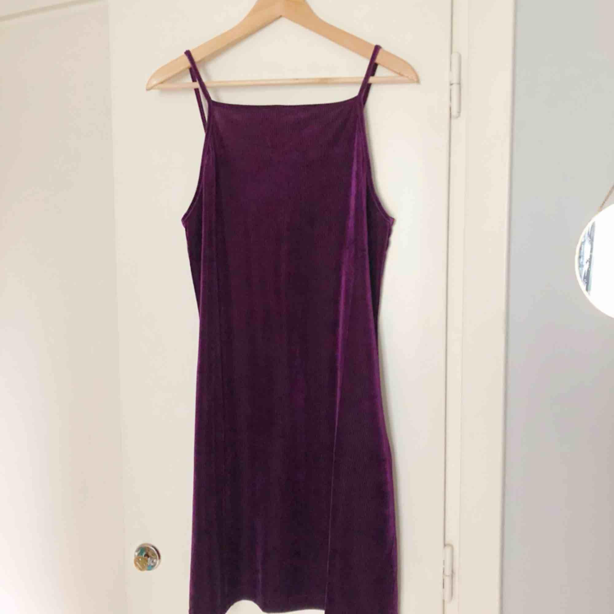 Lila sammetsklänning från Weekday. Helt oanvänd.. Klänningar.