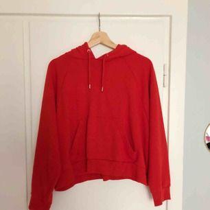 Röd hoodie från Monki. Superskön, varken tjock eller tunn.