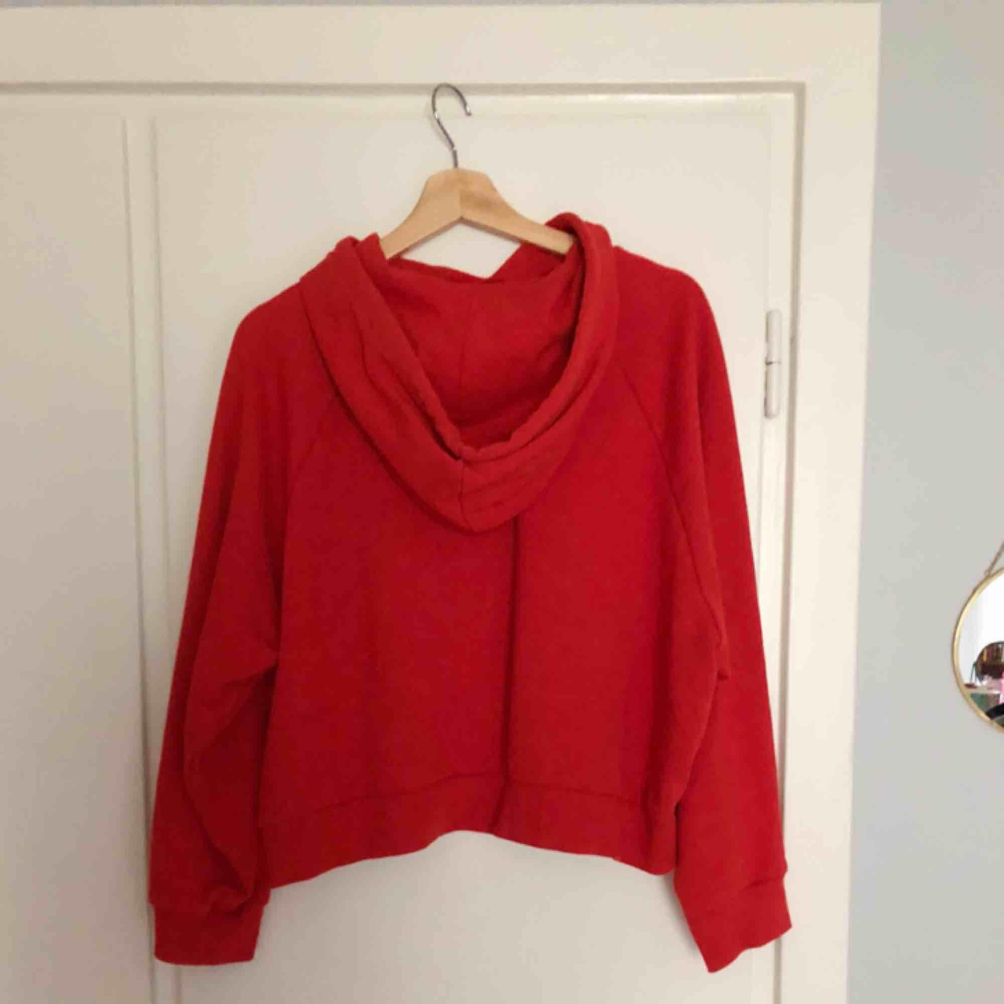 Röd hoodie från Monki. Superskön, varken tjock eller tunn.. Huvtröjor & Träningströjor.