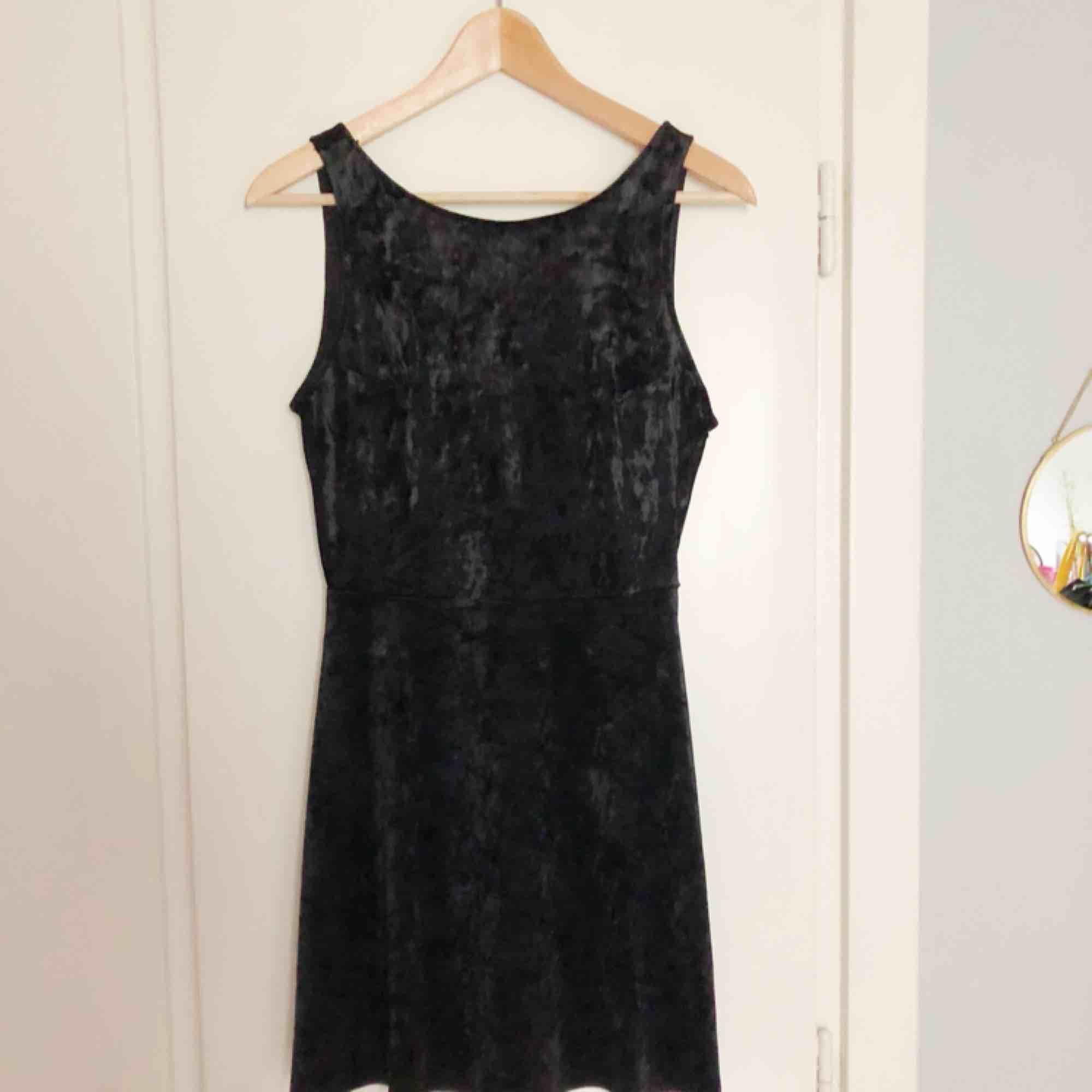 Helt oanvänd sammetsklänning från H&M. Klänningar.