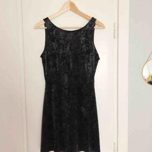 Helt oanvänd sammetsklänning från H&M