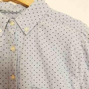 Ljusblå skjorta från GAP. Supermjuk med fin passform.