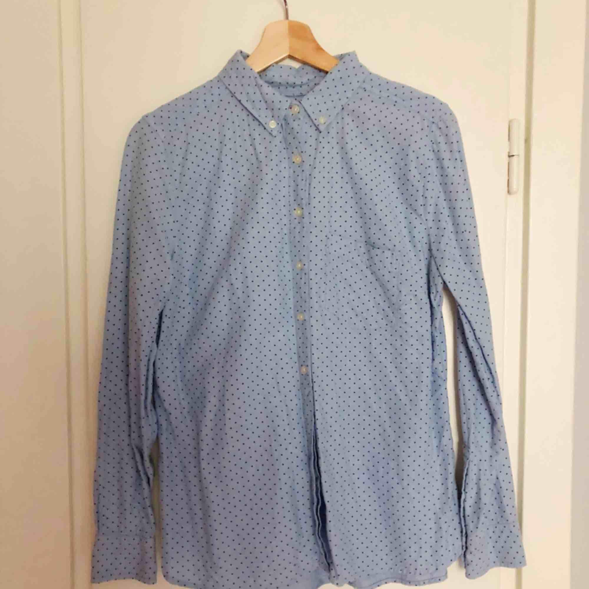 Ljusblå skjorta från GAP. Supermjuk med fin passform. . Blusar.