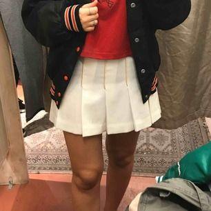 Vintage cheerleader kjol köpt på beyond retro, vit med guldiga detaljer, Använd 1 gång, passar storlek S/M, perfekt för halloween/inspark