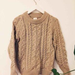 🌱 Så skön nudefärgad stickad tröja! Varm och perfekt till vintern! Står strl M men jag uppskattar att den sitter mer som en S eller 36a! Köparen står för frakt. 🌱