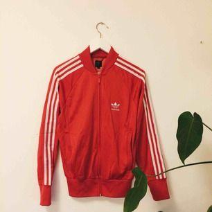 🌵 Äkta Adidas i fint skick söker nytt hem! Sitter lite loose på mig som vanligtvis har strl36! Köparen står för frakt. 🌵