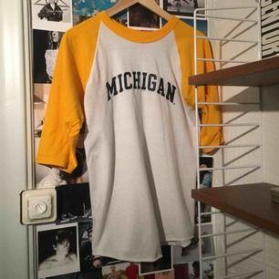 Michigan baseballtröja från Russell Athletics. Det är storlek m i youth storlek (passar som en small). 3/4 långa armar.