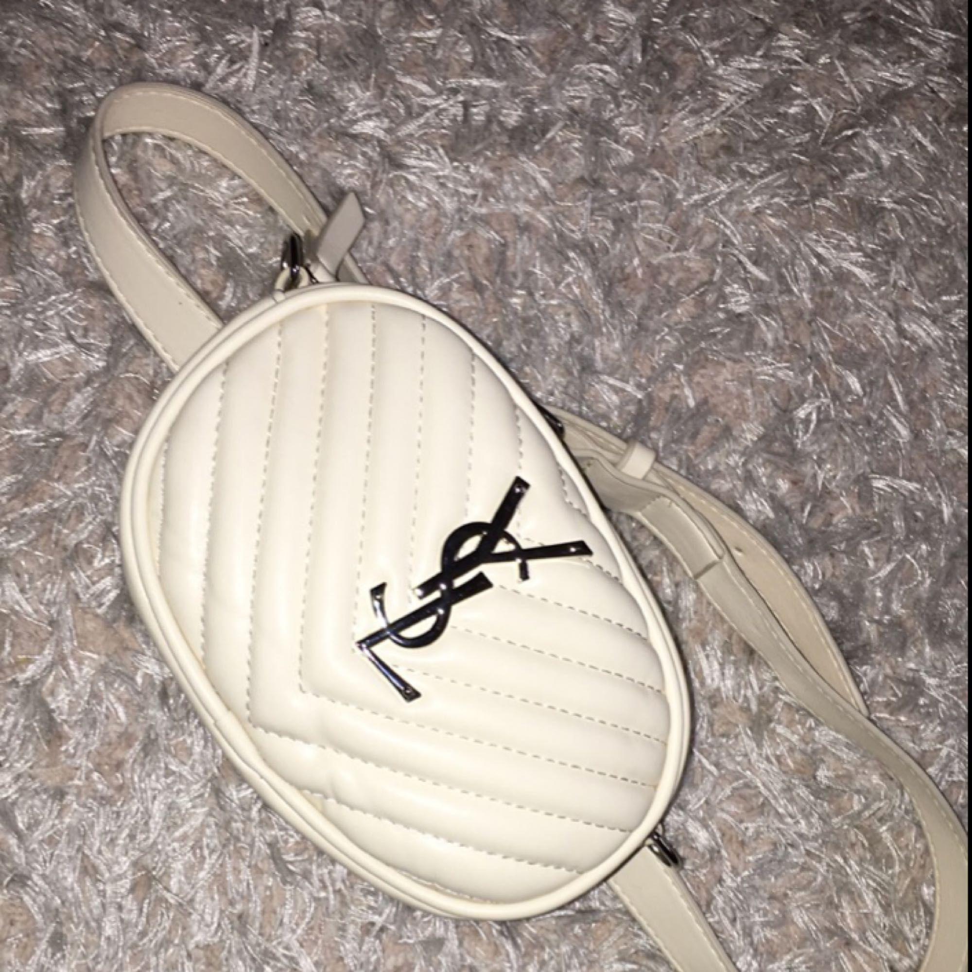 AA kopia från YSL, midjeväska Beige (axelband ingår)  , aldrig använd! Köparen står för frakt . Väskor.