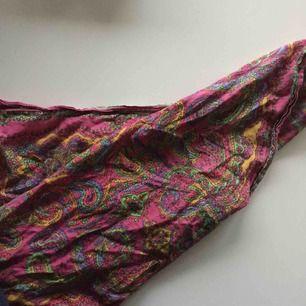 Sjal som kan användas som bandana till håret, scarf osv.