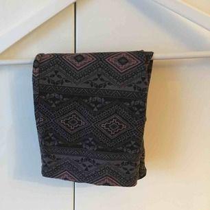 Mönstrad kjol. Knappt använd. Skriv för bilder på! Frakt 9 kr