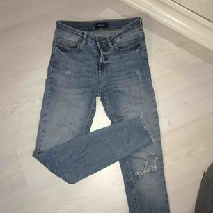 Blåa jeans från Pieces i normalt skick! Hål på ena knät 🌟🌟 frakt tillkommer