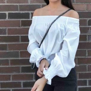 Off shoulder-tröja från gina tricot, säljer då den inte kommer till användning. Har använt den 1 gång så den är i väldigt bra skick. Frakt ingår i priset⭐️⭐️⭐️