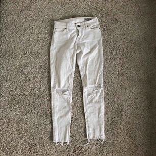 Ett par favoriter som tyvärr blivit för små, därför kan jag inte visa någon mer bild när jag har dom på. vita slitna jeans med hål i knäna ( klippt själv) frakten ingår i priset
