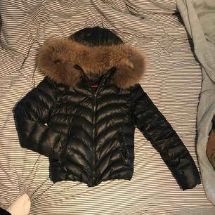 En Chelsea jacka, ordinarie pris 2500kr. Den är som helt ny inget fel på den! Bra skick