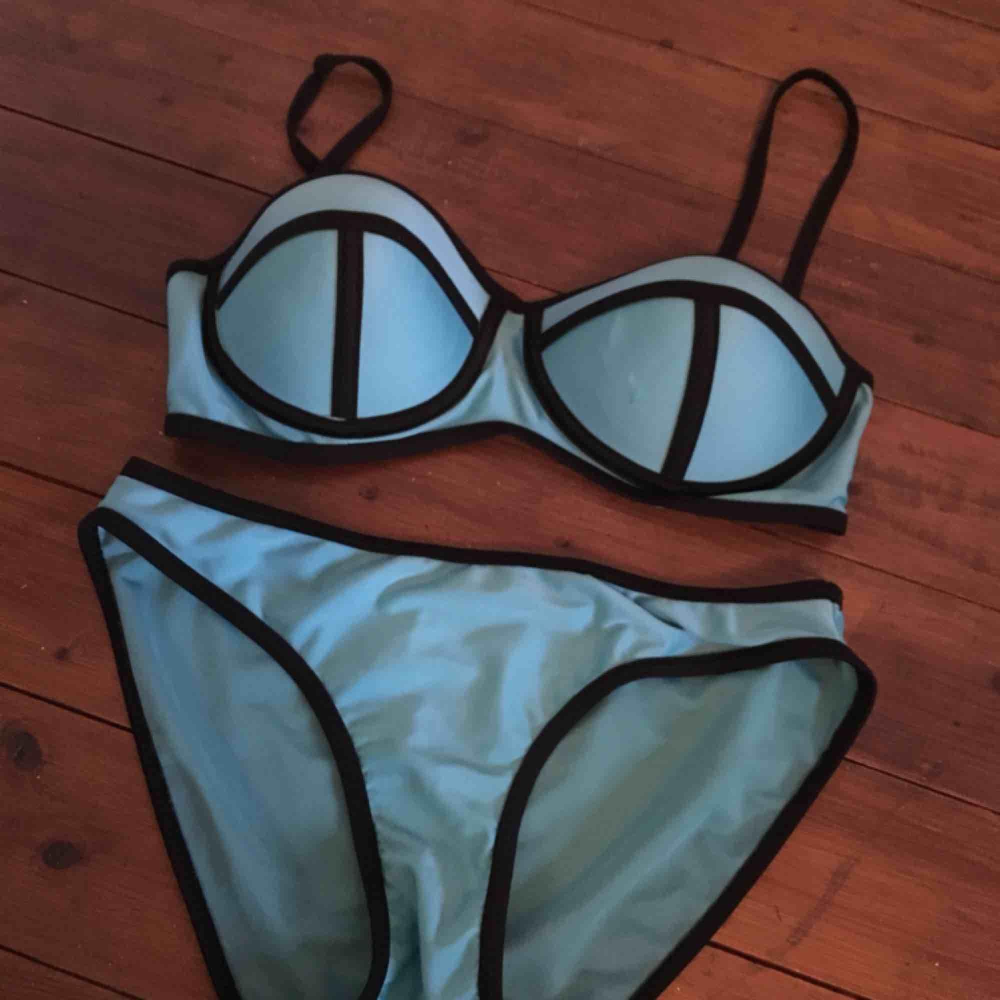 Vara: Bikiniunderdel och nederdel Skick: Använd men i bra skick Storlek: Medium Pris: 30 Avhämtning: Mark/Borås. Övrigt.