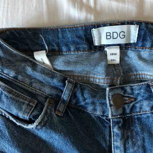 Jättesnygga mom jeans köpta på Urban Outfitters som tyvärr är försmå :( Nypris ca 600kr. Sparsamt använda! Priset är inklusive frakt. Tar endast swish!