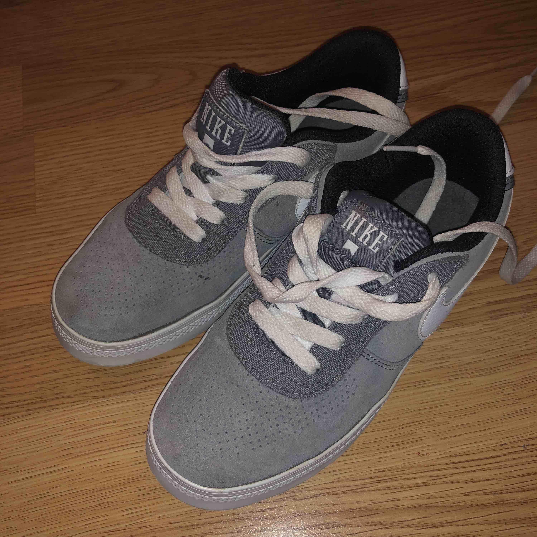 promo code 241fa 1b109 Säljer ett par sneakers från Nike, storlek 35. Endast testade en gång så  dem ...