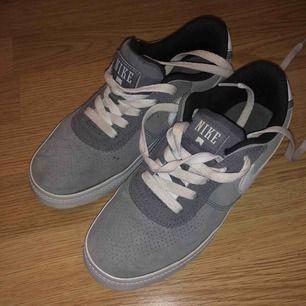 Säljer ett par sneakers från Nike, storlek 35. Endast testade en gång så dem är i väldigt fint skick.