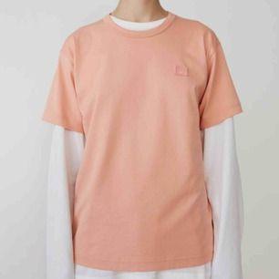 Acne studios rosa Nash face T-shirt. Köpt i Stockholm, aldrig använd bara provat på ;) Sitter precis som på första bilden.