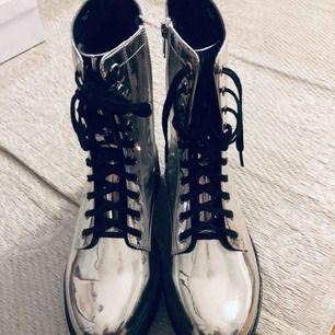 Monki silver boots. Nästan oanvända. 4cm klack, 2 cm platå.