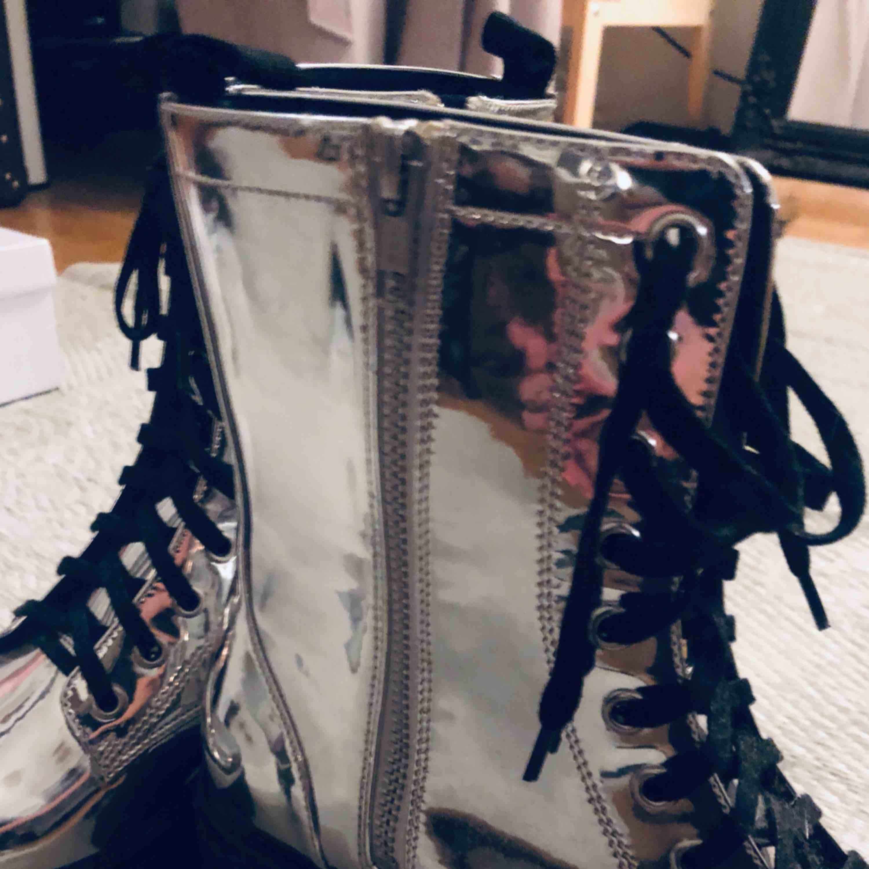 Monki silver boots. Nästan oanvända. 4cm klack, 2 cm platå. . Skor.