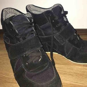 Ett par svarta snygga killklacksneakers. Kommer inte ihåg vars dem är ifrån. Köparen står för frakt vid köp🌹