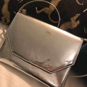 Cool väska i reflekterande silvermaterial