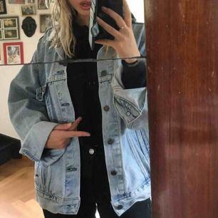 Oversized jeansjacka från Levis, bra skick :)