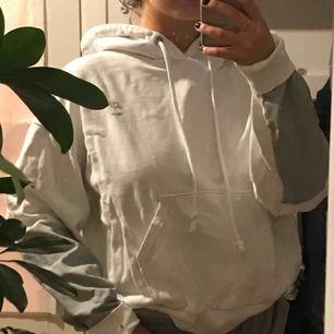 """Vit hoodie från weekday med reflexdetaljer. Använd ett fåtal gånger, väldigt bra skick :) Ska sitta """"oversized"""" då den är i strl XS men sitter stort på mig som brukar ha S"""
