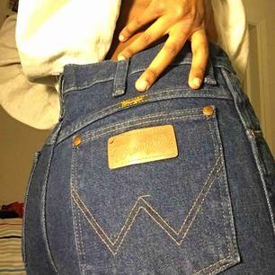 Snygga momfit jeans från wrangler Köpta på Beyond Retro, bra skick!