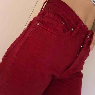 Röda jeans i high waist vintage fit i storlek w25