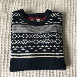 Mysig stickad tröja med fina mönster i storlek S 🌸