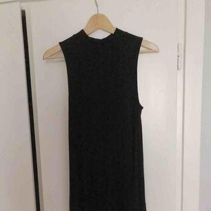 Enkel svart klänning, lös passform.