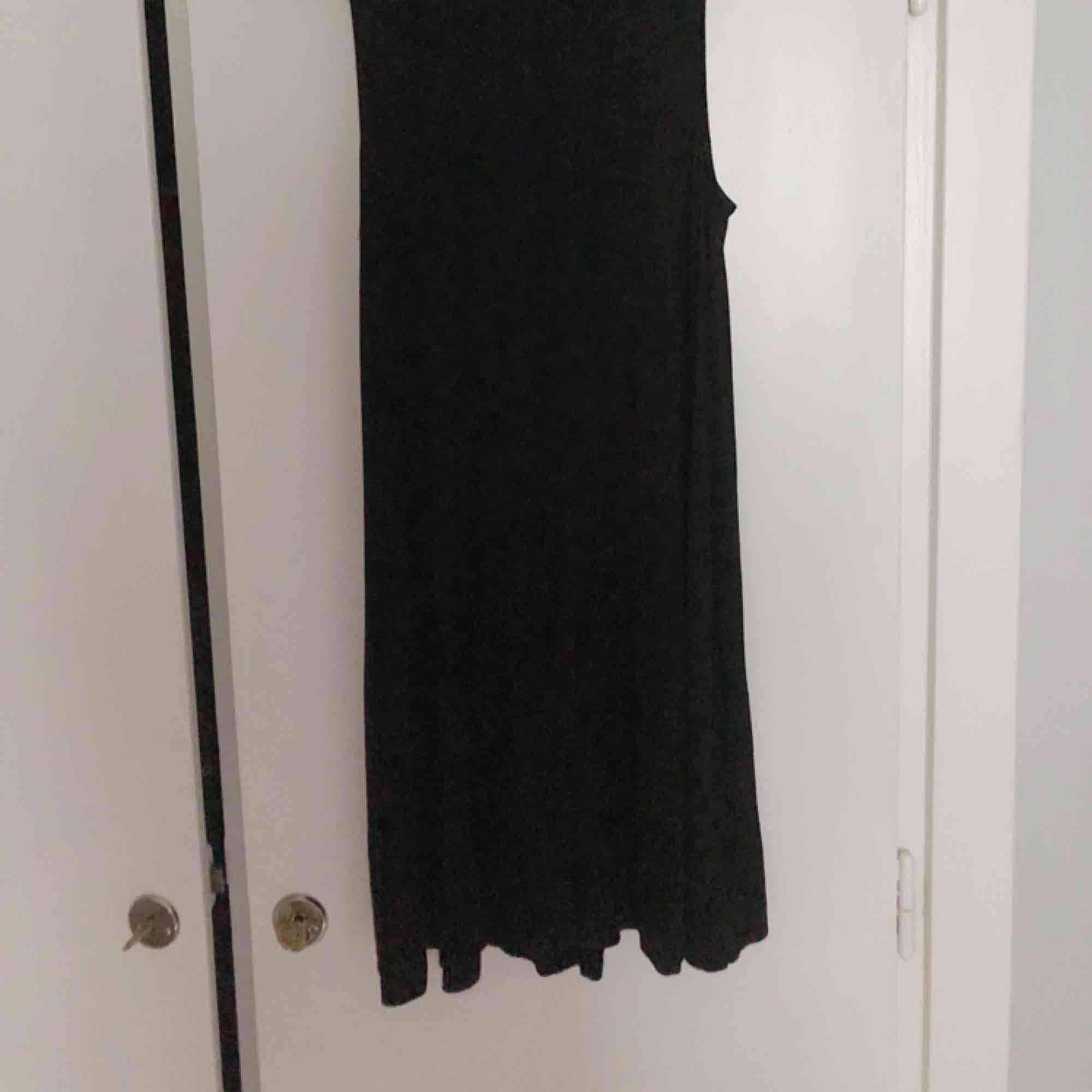 Enkel svart klänning, lös passform.. Klänningar.