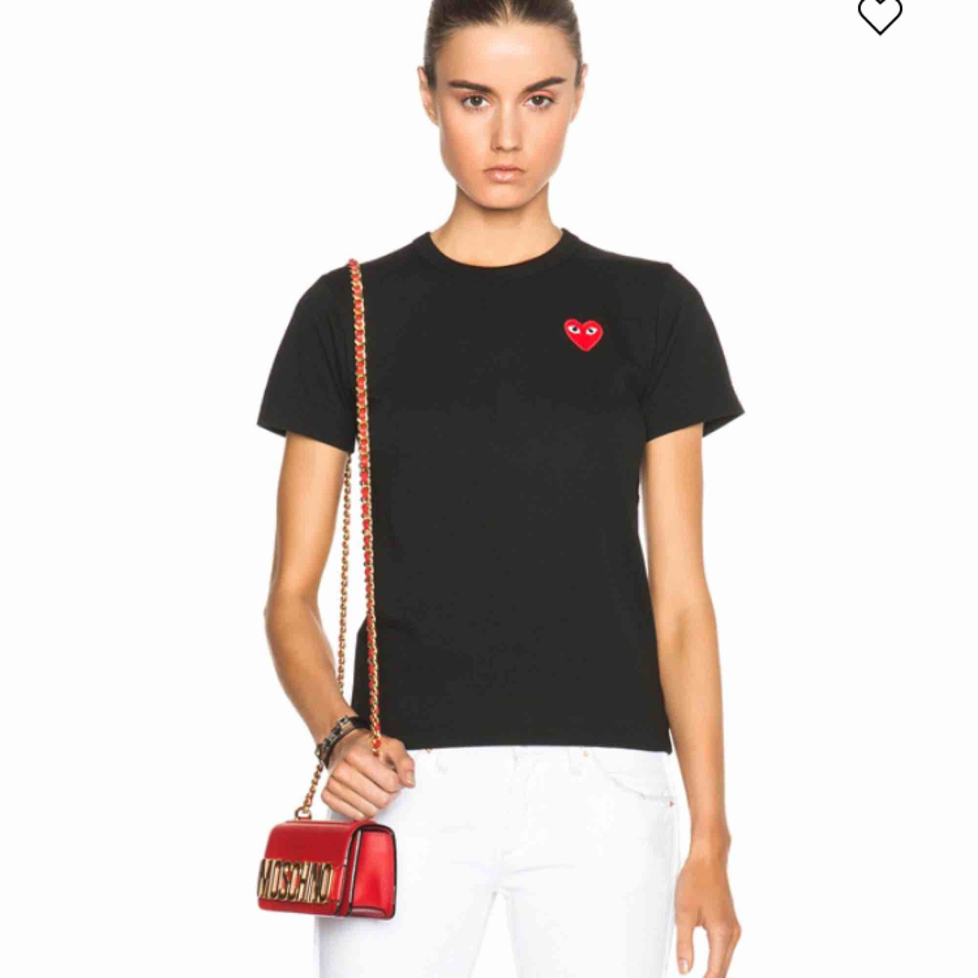 Super fin T-shirt från commes des garcons play i bra skick! Storlek S, nypris 900:- kr . Toppar.