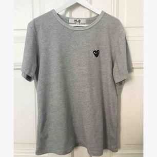commes des garcons play T-shirt för Herr i fint skick! Storlek XL men passar M bäst. Både tjej och kille kan använda! Nypris 1000:- kr