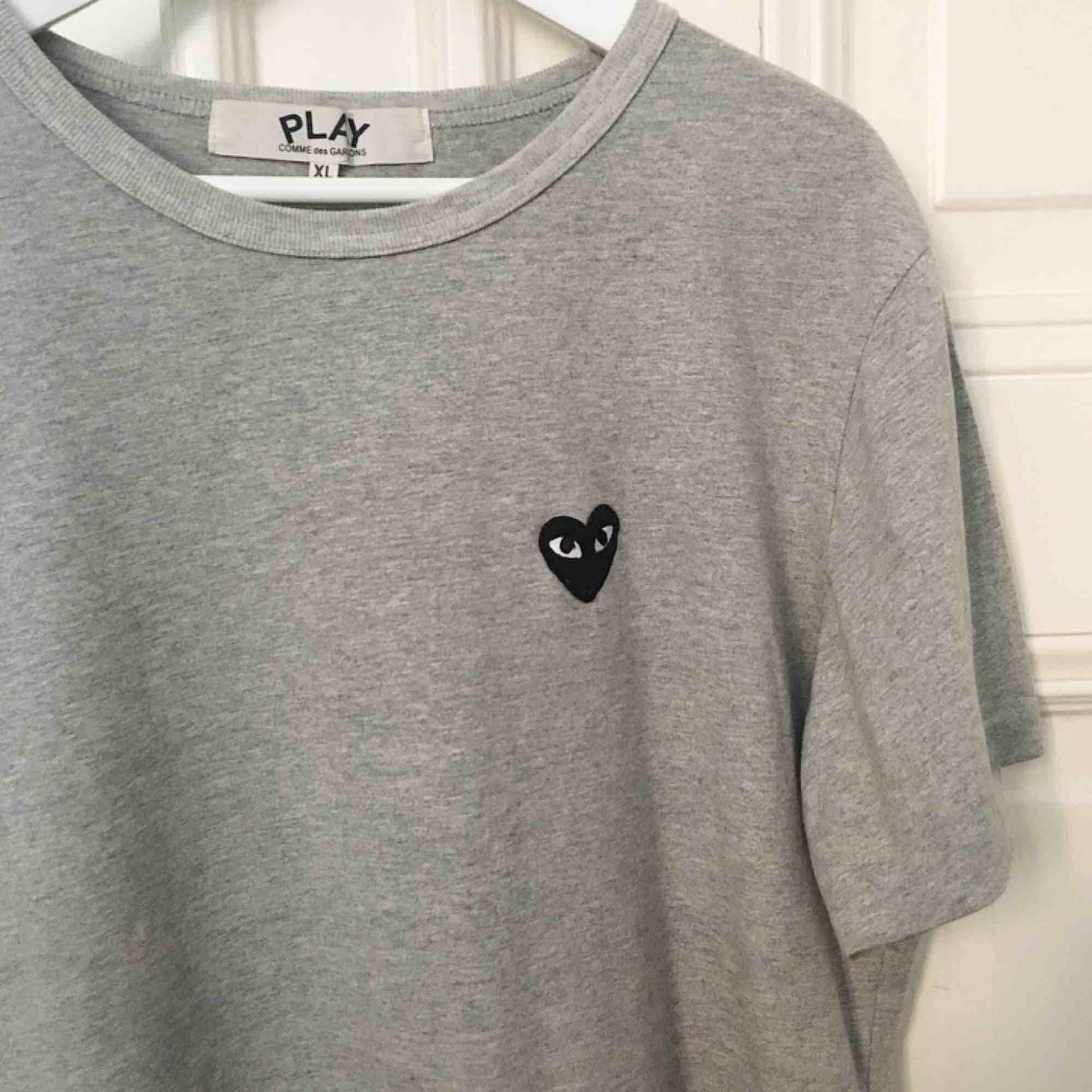 commes des garcons play T-shirt för Herr i fint skick! Storlek XL men passar M bäst. Både tjej och kille kan använda! Nypris 1000:- kr . Toppar.