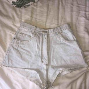 Ett par blekta jeansshorts köpta i Italien på second hand. Står ingen storlek men skulle gissa 26/27/28 beroende på hur du vill att de ska sitta! Säljer pga för små för mig.  Möts upp i Stockholm eller fraktar då köpare står för kostnad! :)