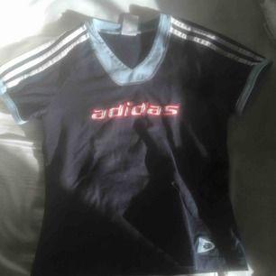 skitcool vintage adidas t-shirt!!!! köpt på secondhand men den är i jättefint skick.  köparen står för frakt!!