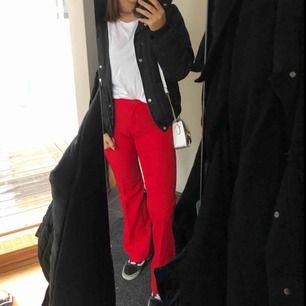 Ett par röda kostymbyxor i en bootcut liknande modell i fint skick från sisley. Står i dom att dom är storlek 42 men passar bra på mig som har 38/40 i byxor. Möts upp eller så står köparen för frakt