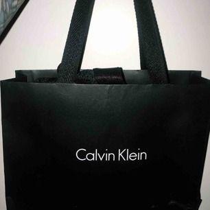 As snygg bikini från Calvin Klein. Helt oanvända, inte ens testade. Prislapparna och skyddet i underdelen är kvar. Ny pris 1750kr. Överdelen är i storlek M och underdelen är L. OBS priset är förhandlingsbart vid snabb affär!