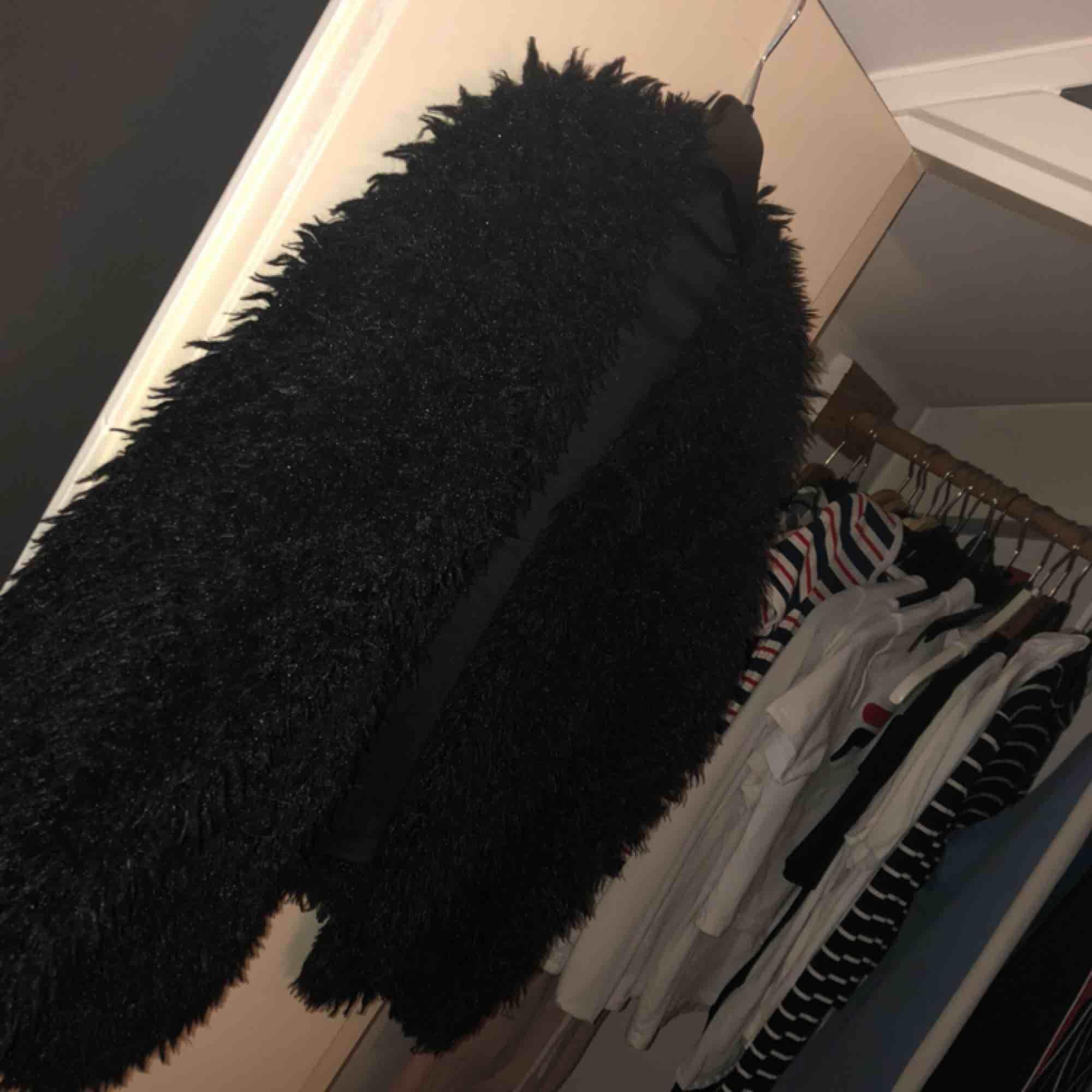 En svart pälsjacka, används aldrig därför säljer jag den! . Jackor.