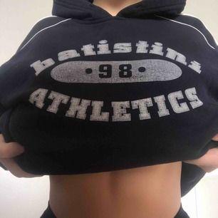 Vintage hoodie. Oversized storlek XL, passar S-L. Marinblå/svart, fickor vid sidorna, väldigt fint skick.