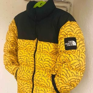 """Limited edition The North Face 1992 nuptse vinterjacka.  Skitsnygg limiterad jacka  från The North Face """"black label"""" som är deras streetwear kollektion.  Pm för mer info samt bilder.   Högsta bud just nu: 2600lkr"""