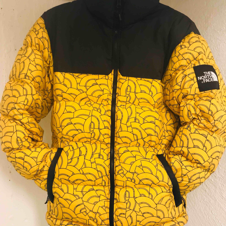 """Limited edition The North Face 1992 nuptse vinterjacka.  Skitsnygg limiterad jacka  från The North Face """"black label"""" som är deras streetwear kollektion.  Pm för mer info samt bilder.   Högsta bud just nu: 2600lkr. Jackor."""