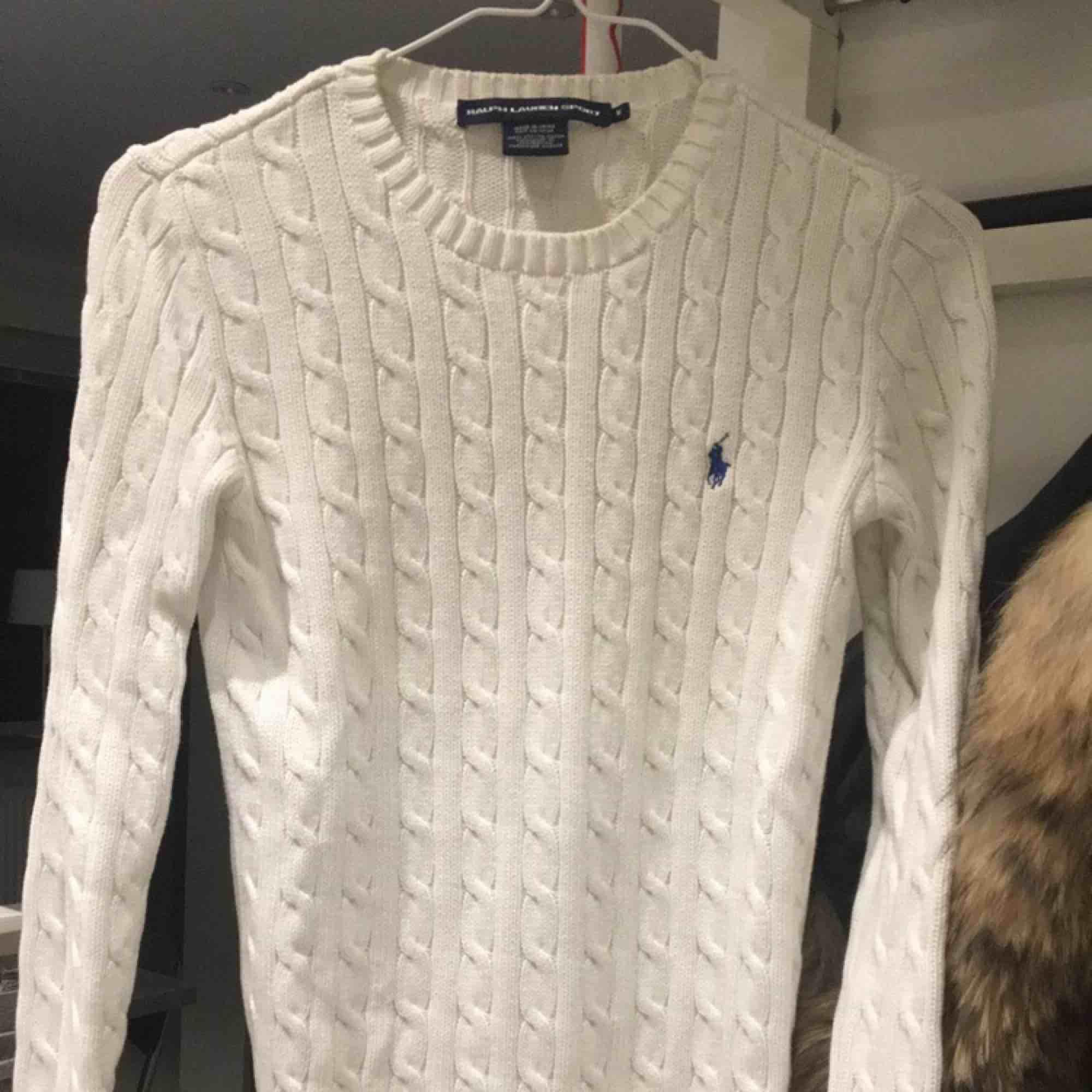 Säljer nu min vita kabelstickade tröja från Ralph lauren då den aldrig kommer till användning, tyvärr! 400kr plus frakt, skickar gärna spårbart så frakten ligger på 58kr, pris går att diskutera vid snabb affär! . Stickat.