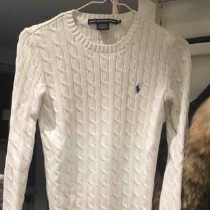 Säljer nu min vita kabelstickade tröja från Ralph lauren då den aldrig kommer till användning, tyvärr! 400kr plus frakt, skickar gärna spårbart så frakten ligger på 58kr, pris går att diskutera vid snabb affär!